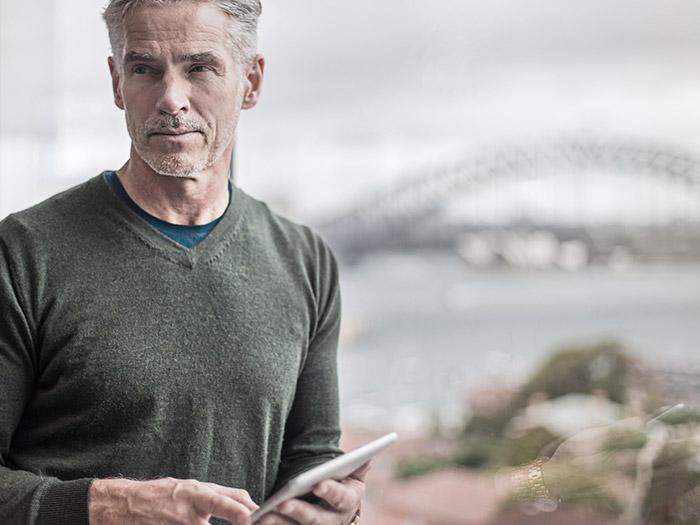 Man holding tablet | Atradius